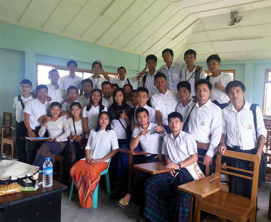 Seng Ja mitt bland sina studenter i Kachin Theological College and Seminary.
