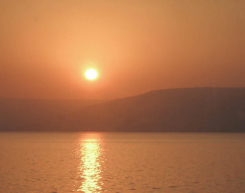 Soluppgång över Golan vid Genesarets sjö. (Bild: Göran Larsson ©)